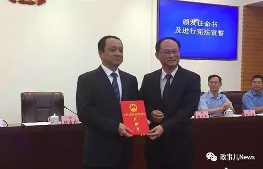 江门市委书记林应武(右)为张云凯(左)颁发任命书。