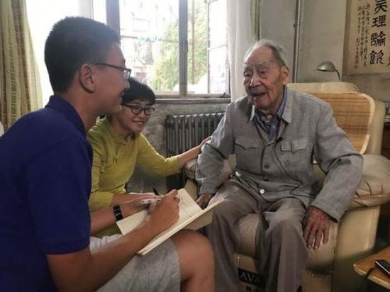 作者与许渊冲先生在一起。
