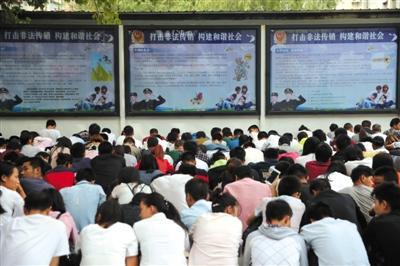 9月14日,燕郊,工作人员将非法传销人员集中起来,分批上反洗脑教育课,教育后,传销人员要签不再参与传销的承诺书