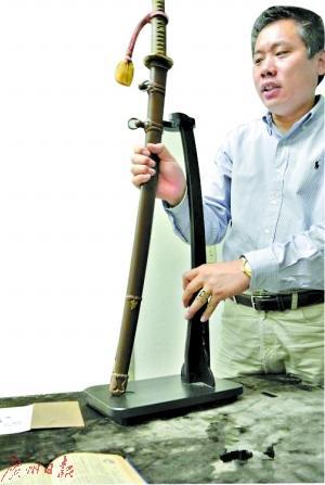 刘磊收集到一把侵华日军头目使用的军刀