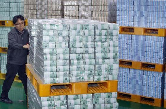 在韩国首尔,大量韩元现钞从首尔的的韩国银行分送到首尔的其他银行。(新华社)