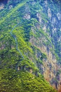 悬崖村钢梯共用钢管6000根120吨,共有梯步2550级,共计耗资100多万。