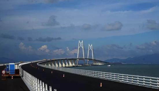2017年6月8日,世界上最长的跨海大桥-港珠澳大桥全线贯通在即