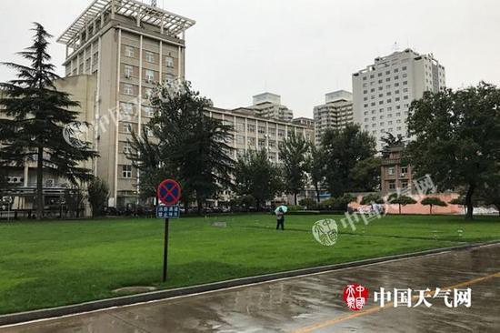 北京今晨雨水仍在持续,体感寒凉。