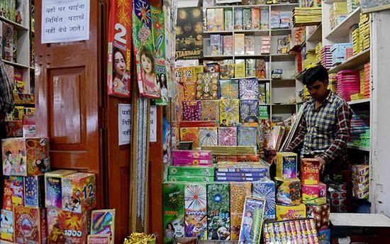 当地时间2017年10月9日,印度新德里,路边商店销售烟花爆竹。 视觉中国 图