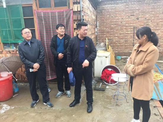 雄县县委常委、政法委书记刘会清到朱各庄镇北涞河等村走访慰问自建房管控刚需户。