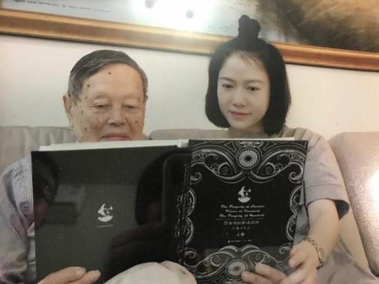 杨振宁与许渊冲是西南联大的同学,对许渊冲的翻译比较赞赏。
