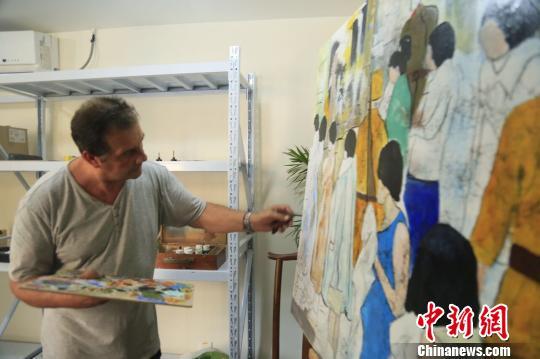 克里斯蒂安·帕赫在南京创作油画。  侵华日军南京大屠杀遇难同胞纪念馆供图