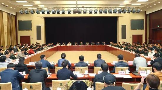 中央国家机关、驻京部队各大单位和北京市有关单位领导参加会议。