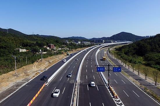 2017年10月8日,浙江舟山,一辆辆汽车平稳有序地驶过舟山跨海大桥,奔向各自的目的地。 视觉中国 图