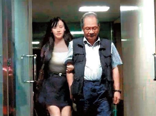 民进党大佬吴乃仁被曝携女伴深夜出入酒吧。(图片来源:台媒)