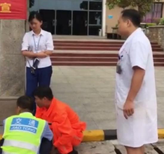 韦医生跟宾阳服务区的几名员工交涉了十几分钟。 视频截图