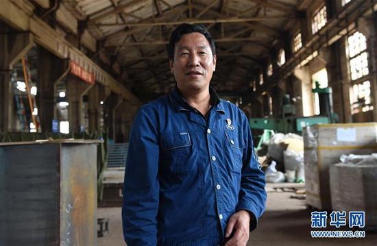 云南冶金昆明重工有限公司首席技师耿家盛在车间里(9月22日摄)。 新华社记者 蔺以光 摄