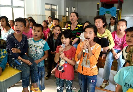 2016年5月26日,广西大化瑶族自治县板升乡弄勇小学的孩子在唱歌。 新华社记者黄孝邦摄