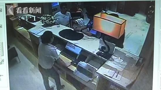 酒店工作人员随后报警,据了解,男子姓陈,今年32岁,目前因殴打服务员被行政拘留。
