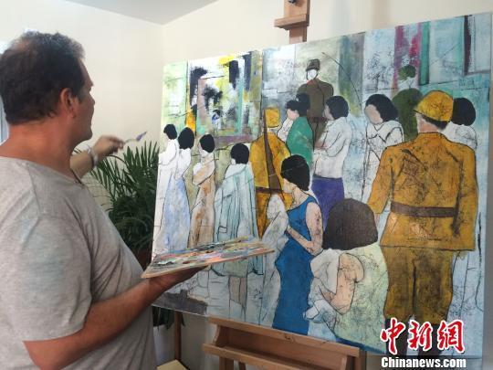 克里斯蒂安·帕赫在南京创作油画《体检》。  侵华日军南京大屠杀遇难同胞纪念馆供图
