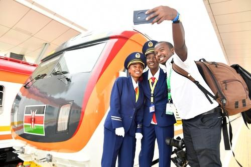 5月31日,由中国企业承建的肯尼亚蒙巴萨-内罗毕标轨铁路(蒙内铁路)正式建成通车。新华社记者孙瑞博摄