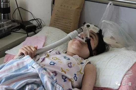 """靠呼吸机维持生命的庞贝氏症患者。 本文图片均来自微信公众号""""深一度""""(除署名外)欣雨还是走了。"""