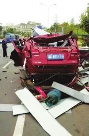 10月11日,长沙县东七路,疑因液化气空罐残液泄漏引发爆炸,江淮瑞风越野车车体被炸得残破不堪。 图/受访者提供