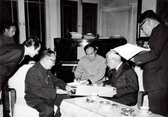 郭沫若会见日本国际贸易促进会会长藤山爱一郎。坐者左一为郭沫若,坐者左二为本文作者周斌。供图/周斌