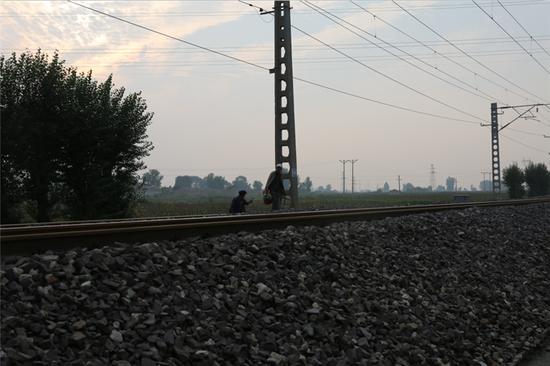 附近村民穿越铁路