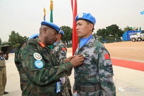 联非达团总参谋长向官兵佩戴勋章。