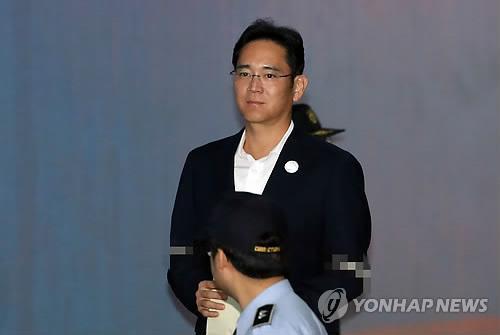10月12日上午,在首尔市高等法院,李在镕出庭受审。(图片来源:韩联社)