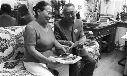 为实现30多年前的一个承诺,老两口到国内600余个一级景区旅游,他拍摄2万余张旅游照片,记录200万字的旅游日记。 辽沈晚报、聊沈客户端首席记者 胡月梅 摄