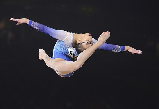 10月6日,在加拿大蒙特利尔举行的第47届体操世锦赛女子个人全能决赛中,美国选手赫德以55.232分的总成绩获得冠军。新华社 图