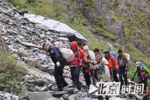 被困驴友被救援人员救出山。资料图
