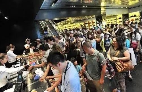 ▲中国游客在海外购买力杠杠的!