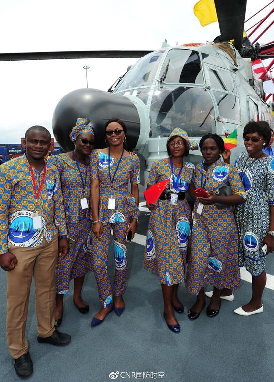 刚果(布)当地民众饶有兴趣地参观中国海军和平方舟医院船。江山摄