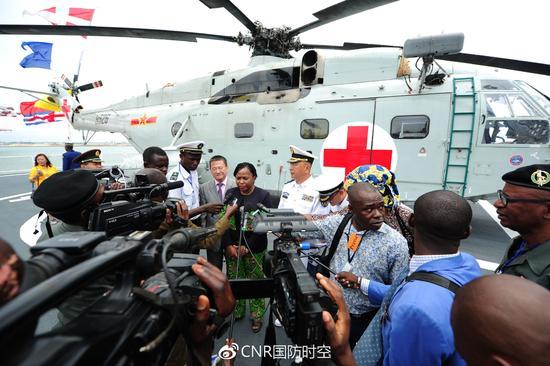 刚卫生和人口部长米科洛在中国海军和平方舟医院船飞行甲板接受中外媒体采访。江山摄