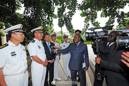 """10月12日,""""和谐使命-2017""""任务指挥员管柏林少将接受刚方主流媒体采访。江山摄"""