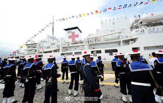 和平方舟首访刚果(布),图为刚军仪仗队在码头列队。江山摄