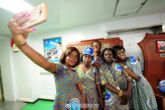 刚果(布)当地民众在参观医院船时玩自拍。江山摄