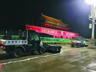 10月12日晚10时许,北京环卫团体旗下北京机扫公司的多功效洗地车在天安门城楼前举行机械化作业。
