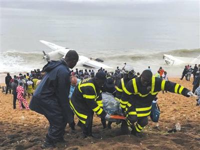 10月14日,科特迪瓦阿比让,救援人员正在对失事飞机进行救援。图/视觉中国