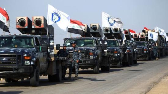 伊拉克政府军与库尔德武装组织对峙。(图片来源:法新社)