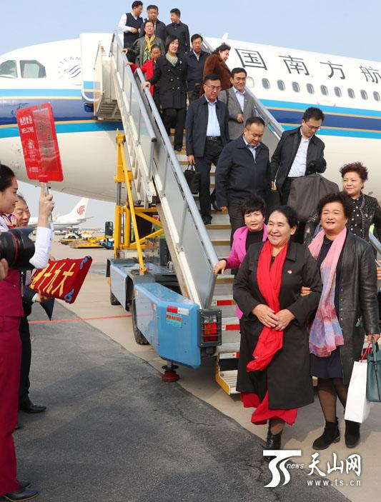 10月15日,新疆出席党的十九大代表抵达北京。新疆日报记者崔志坚摄