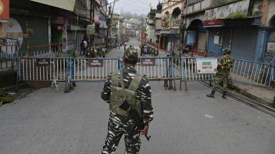 图为印军在大吉岭地区市场警戒。(图/法新社)