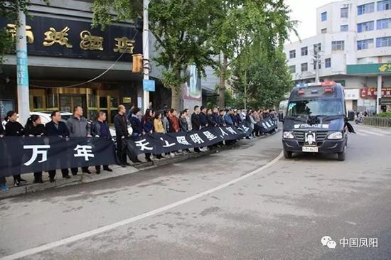 群众自发送别吴微同志。