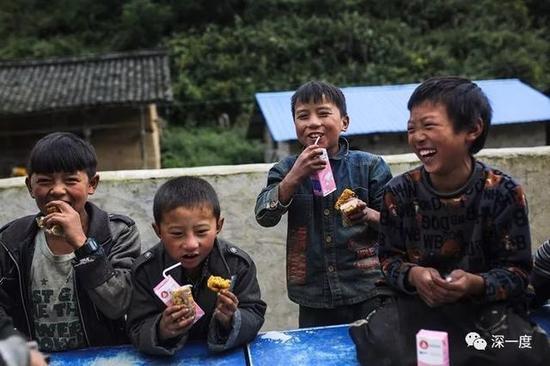 △俄洛村教学点,孩子们吃上了当天的营养餐<span class=