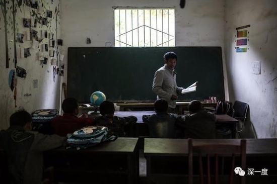 △郭普全在甘洛县俄洛村教学点代课。