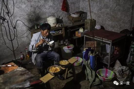 △郭普全在泥觉村的家中吃晚饭。