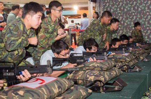 海军陆战队99旅林园靶场传流弹伤人。图为武器装备展中民众体验T91步枪模拟射击。图片来源:台湾中时电子报。