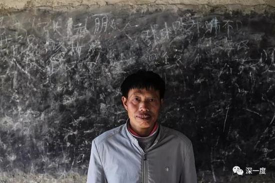 △49岁的郭普全站在泥觉村教学点一间废弃教室的黑板前,他曾在这里授课。