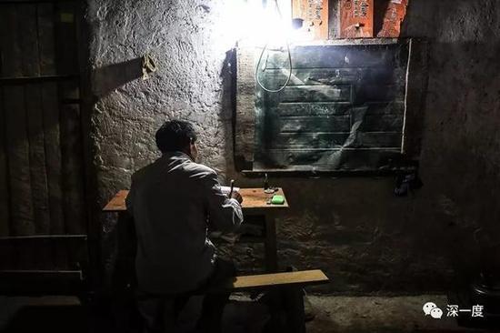 △夜里,郭普全在备课。