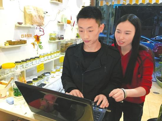 通过创新营销手段,沈远夫妇卖蜜实现年收入上百万