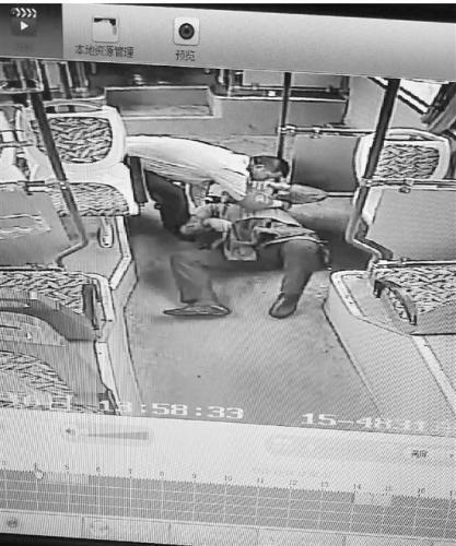 从监控视频可以看到,刘师傅正帮助乘客平躺